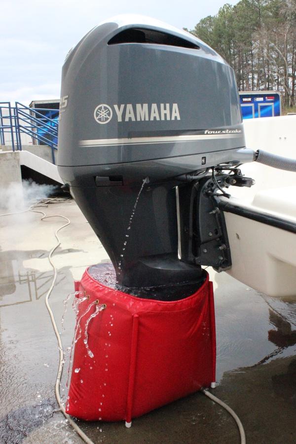 Промывка лодочного мотора с помощью мешка